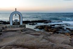 Иконостас St Peter и St Nicholas на береговой линии деревни Chernomorets, Болгарии Стоковые Фото