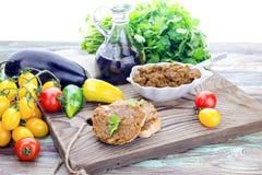 Икра баклажана с овощами на таблице Стоковые Фотографии RF