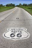 Иллинойс, Соединенные Штаты - около июнь 2016 - 2 знак трассы 66 майны покрашенный на дороге в Midwest стоковое изображение