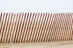 иллюзион загородки пляжа деревянный Стоковая Фотография RF