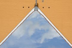 Иллюзия: заволокли небо как щипец дома Стоковые Изображения
