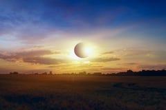 иллюстрация затмения конструкции предпосылки черная цветастая солнечная Полное солнечное затмение над городом Стоковое Фото