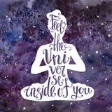 Иллюстрация йоги с литерностью Женский силуэт с яркой фиолетовой текстурой космоса акварели и рукописная фраза чувствуют ООН Иллюстрация штока