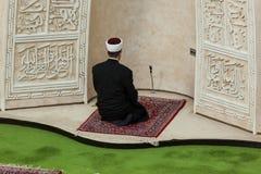 Имам моля в мечети Стоковые Изображения