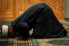 Имам моля в мечети с традиционной одеждой Стоковое Изображение RF