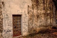 Имена граффити покрывают стену старой покинутой испанской фабрики Стоковые Изображения