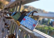 Имена на padlocks как доказательство влюбленности стоковые фотографии rf