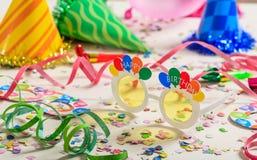 именниный пирог воздушных шаров афроамериканца красивейший празднует время партии дома удерживания девушки пола чашки шоколада пр Стоковое фото RF