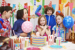 именниный пирог воздушных шаров афроамериканца красивейший празднует время партии дома удерживания девушки пола чашки шоколада пр Стоковое Фото
