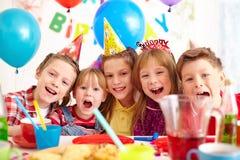 именниный пирог воздушных шаров афроамериканца красивейший празднует время партии дома удерживания девушки пола чашки шоколада пр стоковое изображение