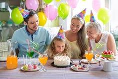 именниный пирог воздушных шаров афроамериканца красивейший празднует время партии дома удерживания девушки пола чашки шоколада пр Стоковая Фотография RF