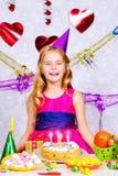 именниный пирог воздушных шаров афроамериканца красивейший празднует время партии дома удерживания девушки пола чашки шоколада пр Стоковые Фотографии RF