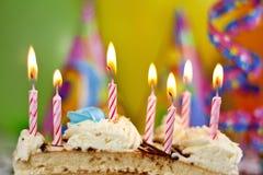 Именниный пирог и свечки предпосылки Стоковые Фотографии RF