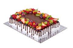 Именниный пирог квадрата шоколада плодоовощ На белой предпосылке Стоковая Фотография RF