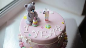Именниный пирог, младенец и мать празднуют первый праздник дня рождения