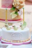 Именниный пирог младенца как подарок для рождения или партии крестить Стоковое Изображение RF
