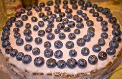 Именниный пирог на 2 года с голубиками стоковые фотографии rf