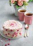 Именниный пирог на день Валентайн с розовыми сердцами и красочное брызгают Предпосылка карты дня Валентайн с космосом экземпляра стоковое фото