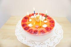 Именниный пирог на таблице Стоковые Изображения RF