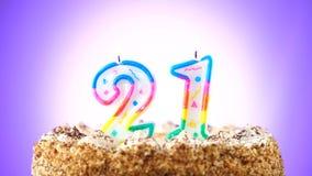 Именниный пирог с горящей свечой дня рождения 21 Предпосылка изменяет цвет сток-видео