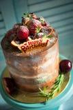 Именниный пирог с днем рождений с клубникой Стоковые Фотографии RF