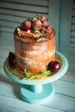 Именниный пирог с днем рождений с клубникой Стоковые Фото