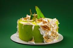Именниный пирог с, который сгорели меренгой и покрашенные куски груши на gr Стоковая Фотография