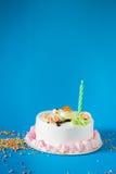 Именниный пирог с свечами на предпосылке цвета Стоковое фото RF
