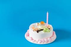 Именниный пирог с свечами на предпосылке цвета Стоковая Фотография RF