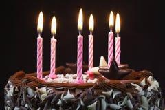 Именниный пирог с свечами Lit Стоковое Изображение RF