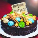 Именниный пирог украшенный с печеньем с надписью KIRI Стоковое Фото