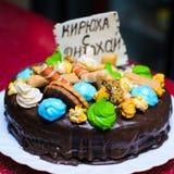 Именниный пирог украшенный с печеньем с надписью KIRILL, С ДНЕМ РОЖДЕНИЯ Стоковая Фотография