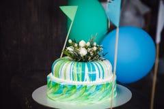 Именниный пирог украшенный цветками на деревянной предпосылке Стоковое Изображение RF