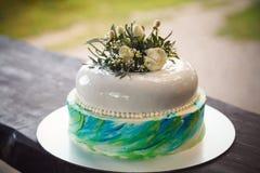 Именниный пирог украшенный цветками на деревянной предпосылке Стоковые Изображения RF