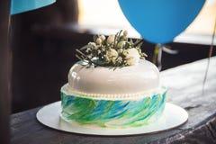 Именниный пирог украшенный цветками на деревянной предпосылке Стоковая Фотография RF