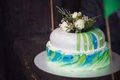 Именниный пирог украшенный цветками на деревянной предпосылке Стоковые Фотографии RF