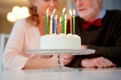 Именниный пирог для старших пар Стоковые Изображения