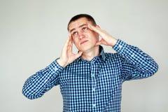 иметь детенышей человека головной боли на сером цвете стоковое изображение rf