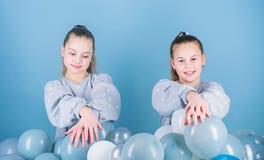 Иметь концепцию потехи Тематическая вечеринка воздушного шара Лучшие други девушек около воздушных шаров Начните эту партию o стоковые фото