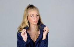 Иметь концепцию Светлые волосы стороны макияжа женщины представляя пальто с воротником Модное пальто Одежды и аксессуар E стоковое фото rf