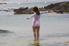 Иметь момент с морем Стоковые Изображения