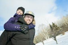 иметь потехи пар счастливый outdoors снежок Зима Стоковые Изображения