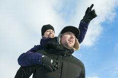 иметь потехи пар счастливый outdoors снежок Зима Стоковые Изображения RF