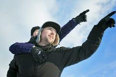 иметь потехи пар счастливый outdoors снежок Зима Стоковое фото RF