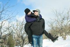 иметь потехи пар счастливый outdoors снежок Зима Стоковое Изображение