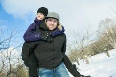 иметь потехи пар счастливый outdoors снежок Зима Стоковая Фотография
