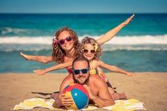 иметь потехи семьи пляжа счастливый Стоковые Фотографии RF