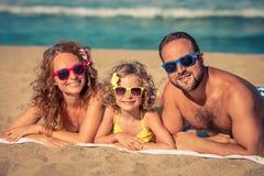 иметь потехи семьи пляжа счастливый Стоковое Фото