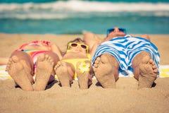 иметь потехи семьи пляжа счастливый Стоковые Изображения