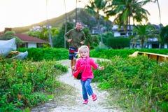 иметь потехи семьи пляжа счастливый Стоковая Фотография